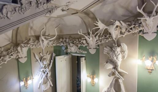 Die Figuren im Haus mit Chimären